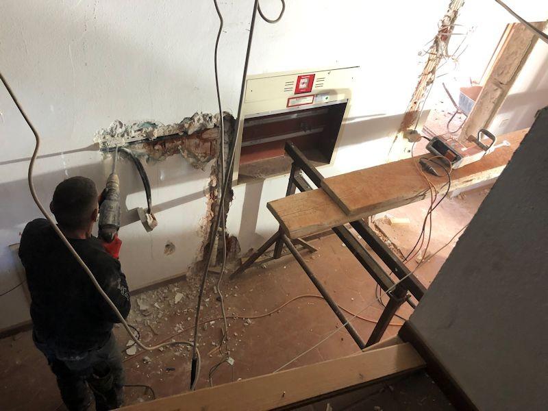 Abbrucharbeiten gegenüber dem Aufzug  SeeHotel Wasserman Ihr Hotel am Chiemsee