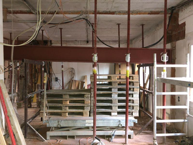 Träger alte Rezeption wird installiert  SeeHotel Wasserman Ihr Hotel am Chiemsee