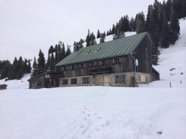 Geschloßene Riesenhütte