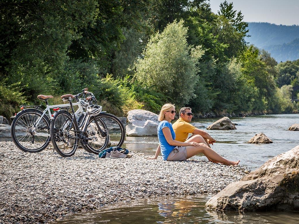 Radfahrer am Ufer Chiemsee