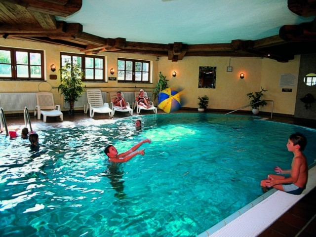 Wellness-Schwimmbad groß