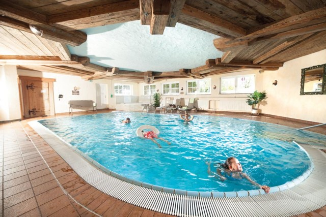 Schwimmbad mit Whirl-Pool