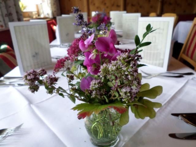 Tafeldecko mit Blumenbudget